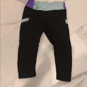 Lululemon cropped pants with front/back pockets.
